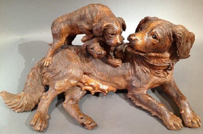 Антикварная скульптура собачьего семейства, вырезанная из дерева неизвестным автором (около 1880 года). | Фото: pinterest.com